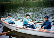 写真1:小学生の頃、兄弟と東京の公園にて